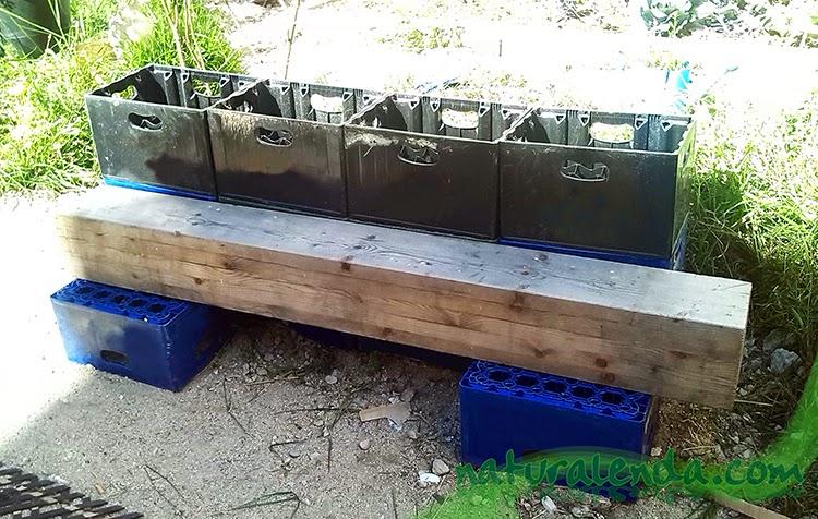 banco de madera sobre cajas