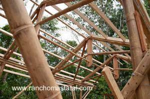 Estructura de cabaña en construcción con cañas de bambú