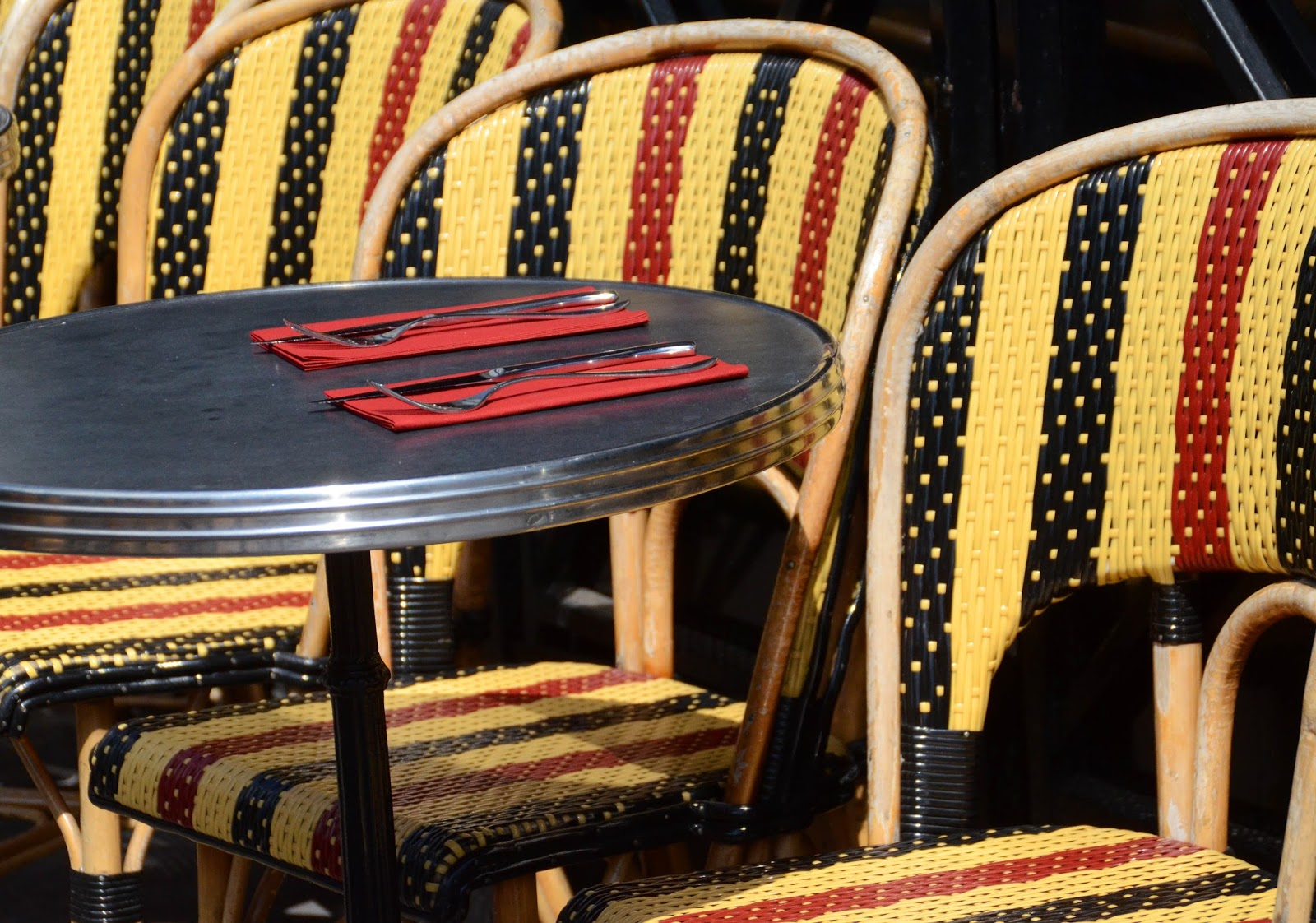 Paris and beyond chaises de caf en noir et rouge - Chaise rouge et noir ...