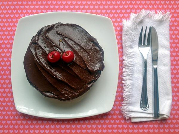cheesecake de cerezas y chocolate con demasiado rosa alrededor