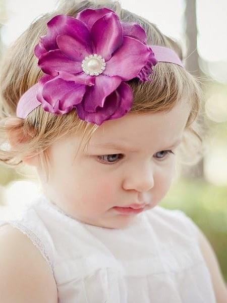 Photo bébé fille avec une fleur au cheveux