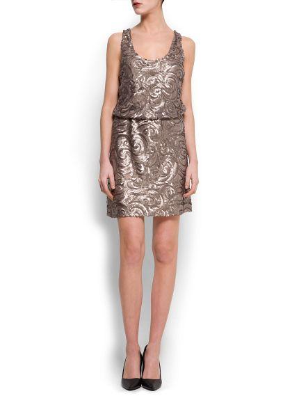 Dekoratif pullu ve dalgalı modelli askılı elbise. Beli lastikli, sırtı açık ve içi astarlı