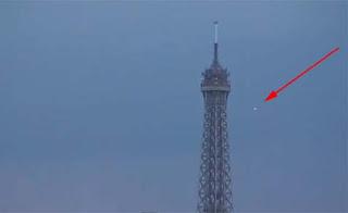 OVNI junto a la Torre Eiffel Paris