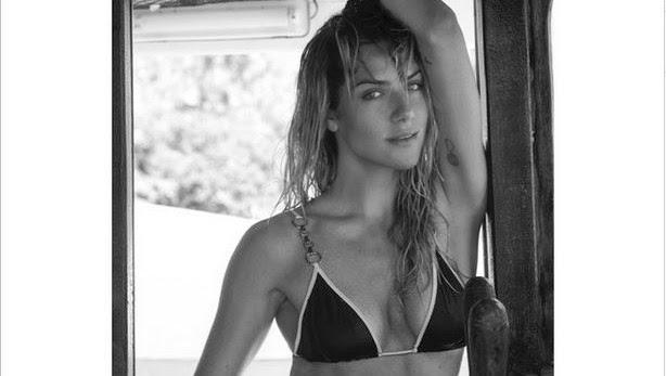 a atriz aparece de biquíni, com os cabelos molhados, sensualizando em uma embarcação. O corpaço de Giovanna rendeu muitos elogios dos seguidores