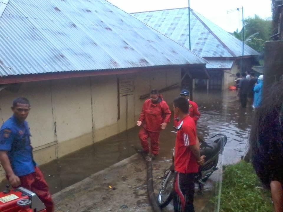 air menggenangi pemukiman warga akibat banjir di padang panjang