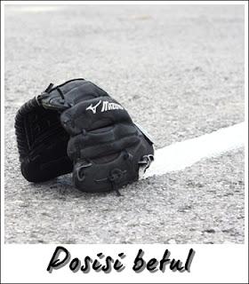 Posisi yang betul untuk meletakkan glove atas lantai