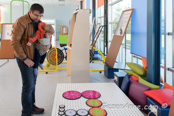 renkli çarkları inceleyen minik oğlum, Sancaktepe Bilim Merkezi