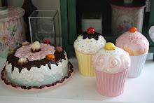 cupcakes och tårta i porslin