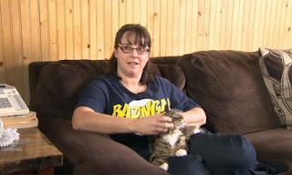 Clarke-Murphy chơi đùng cùng  mèo Mittens tại nhà ở thị trấn  Heart's Desire, thuộc tỉnh Newfoundland và Labrador. Ảnh: CBC News.