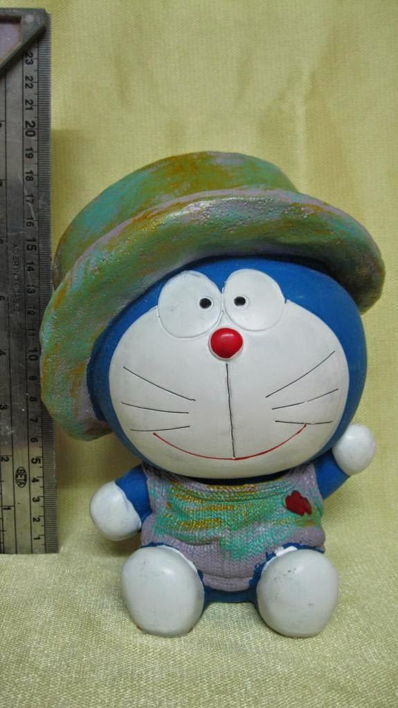 Tượng thạch cao tô màu doremon đội nón.