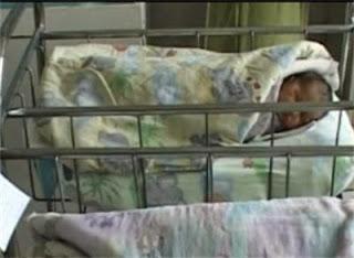 Родителите на захвърленото в контейнер бебе гледали в интернет как да го изродят