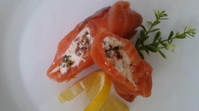 Salmón ahumado relleno de queso con anchoas, alcaparras y tomates en aceite.