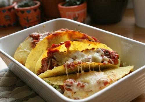 Tacos z kurczakiem zasmażana czarna fasola