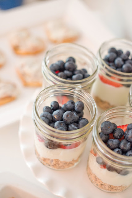 Granola, yogurt, and fruit parfait