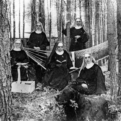 Monjas beneditinas em região de desmatamento continuam a tradição inicida na Idade Média.  Foto da primeira metade do século XX, em Montana, EUA