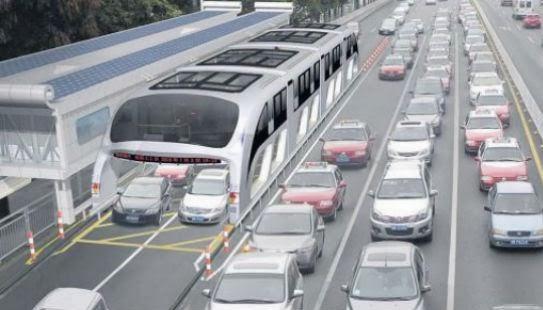China: autobús que pasa por encima de los autos
