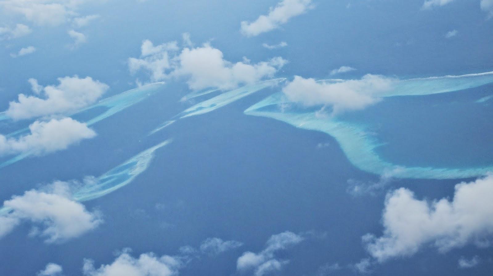 Vista aérea de atolones en Las Maldivas