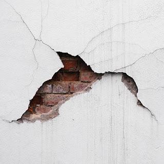 penyebab dinding rumah retak