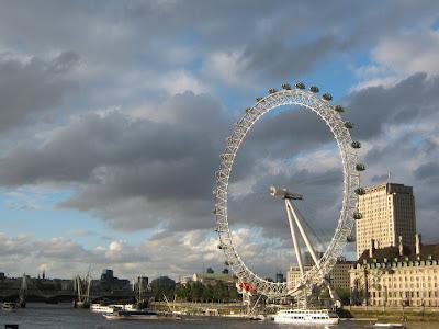"""El London Eye. Turismo en Londres. The London Eye. La entrada incluye el acceso a una experiencia 4D o """"4D Experience"""", un pequeño corto en tres dimensiones sobre la ciudad. Sus desventajas son el precio, que es bastante elevado y, en ciertas  épocas, las colas para subir pueden llegar a ser de más de una hora."""