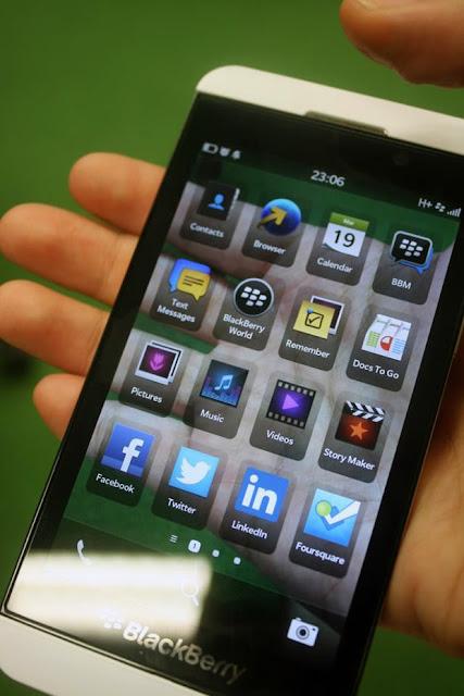 El día de hoy se ha filtrado una imagen la cual muestra el dispositivo BlackBerry 10 transparente, Ojala BlackBerry tomará en cuenta la idea de sacar un dispositivo así algún día, Está imagen fue filtrada en la red debido al Día de los Tontos que se celebra el día de hoy. Sería excelente que BlackBerry sacara algún día un dispositivo con esté diseño al mercado el cual seguroromperárécordsde ventas.