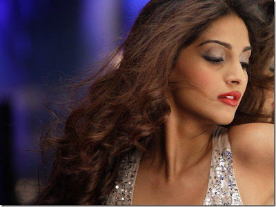 Sweet Sonam Kapoor Wallpaper in Players Movie 2012