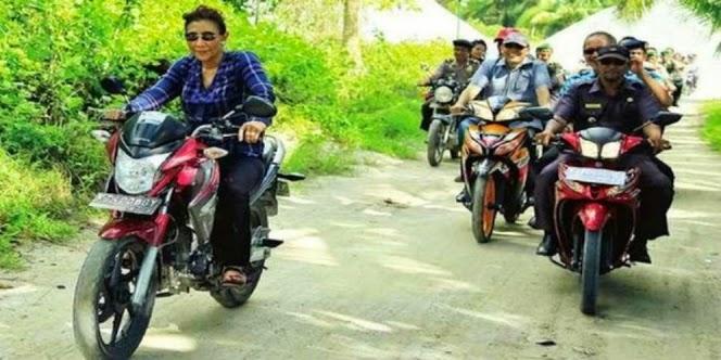 menteri Susi naik motor