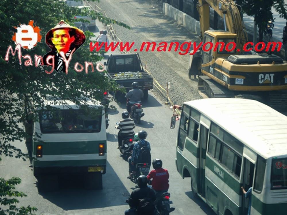 Terlihat ada alat berat di Jl. Daan Mogot depan Indosiar  arah dari Kalideres ke arah Grogol