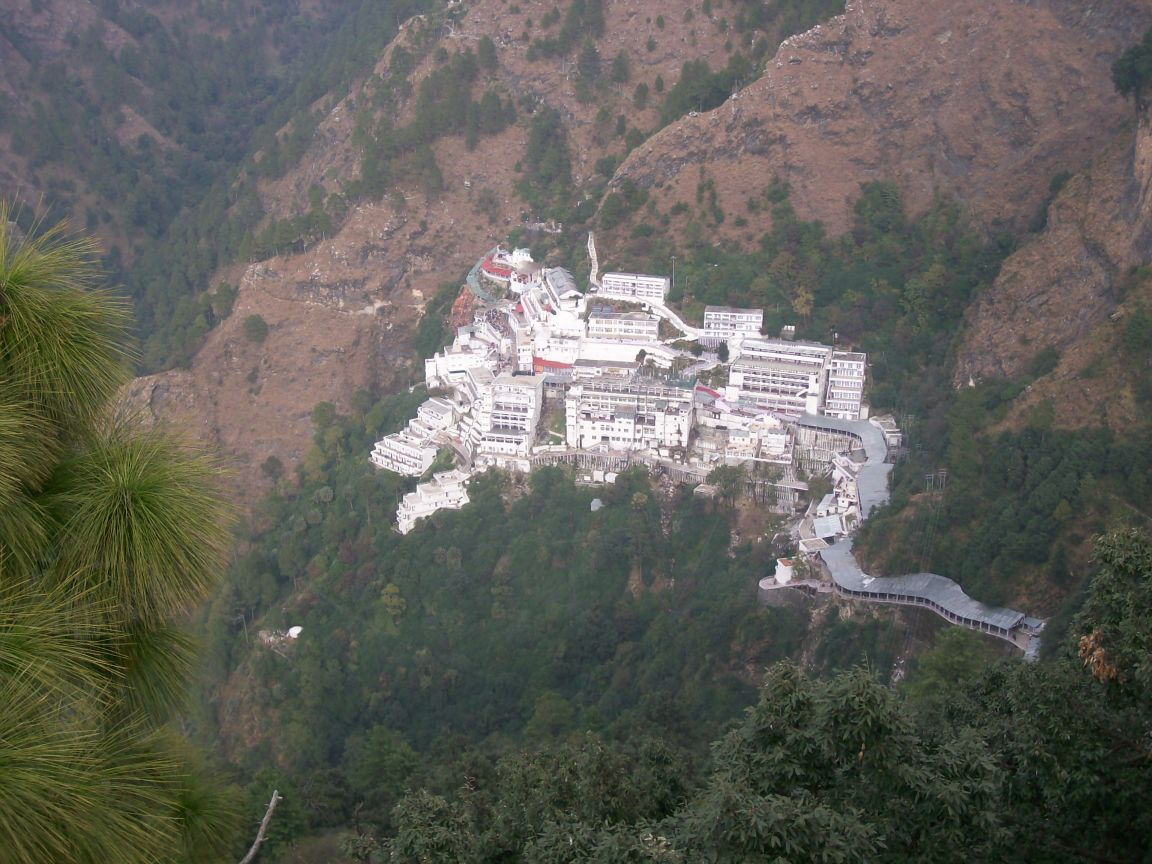 http://2.bp.blogspot.com/-NMrrapg0odU/TbFDAfsVKFI/AAAAAAAAAY8/DfKaA4eG44I/s1600/vaishnodevi-temple-from-bhaironath-jammu-and-kashmir-india-pictures-collection-free.jpg