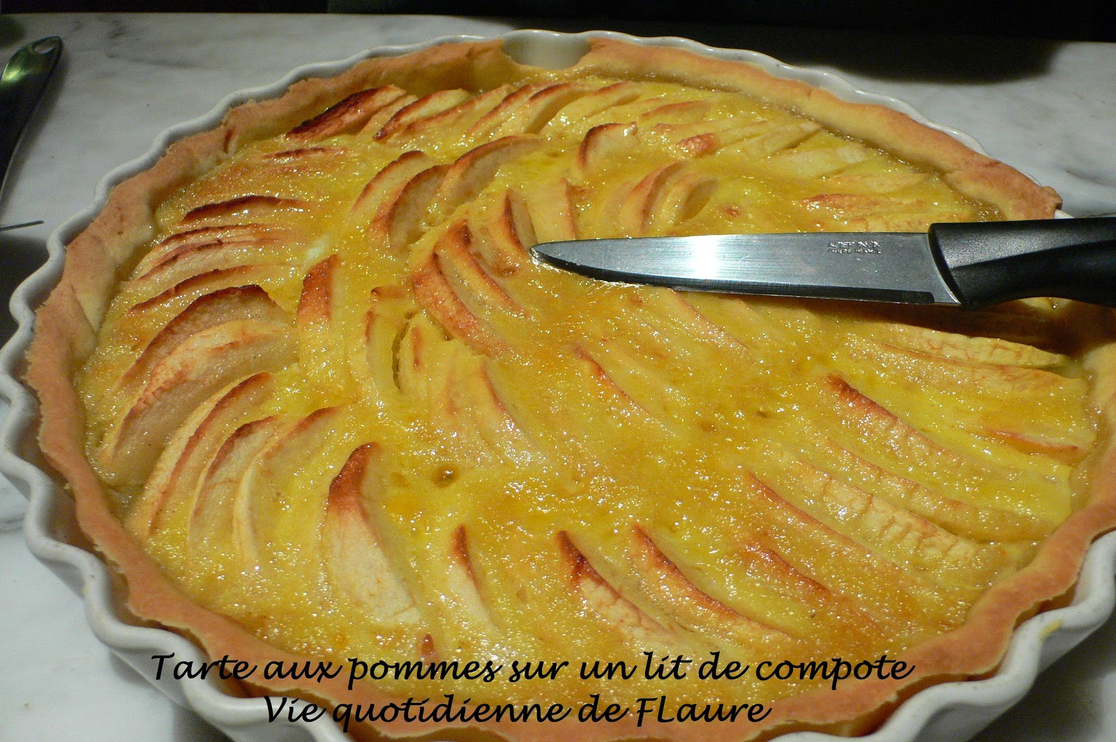 tarte aux pommes sur un lit de compote blogs de cuisine. Black Bedroom Furniture Sets. Home Design Ideas