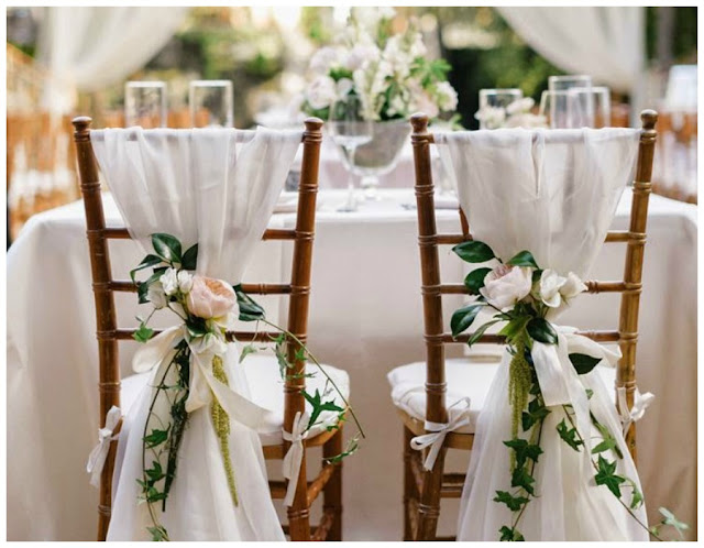 Decoraci n f cil decorar con telas las sillas para una boda for Sillas para habitacion matrimonio