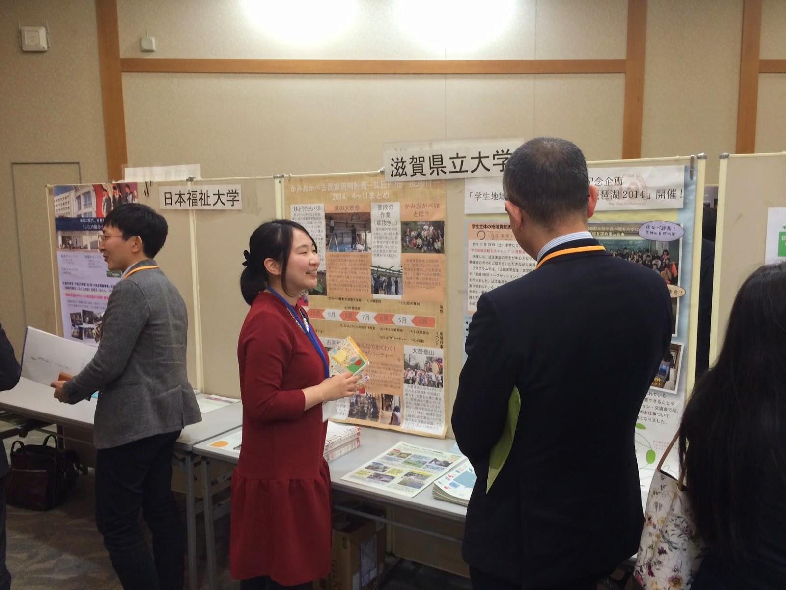 本学のブースにて。近江楽座の活動紹介をする村尾さん。