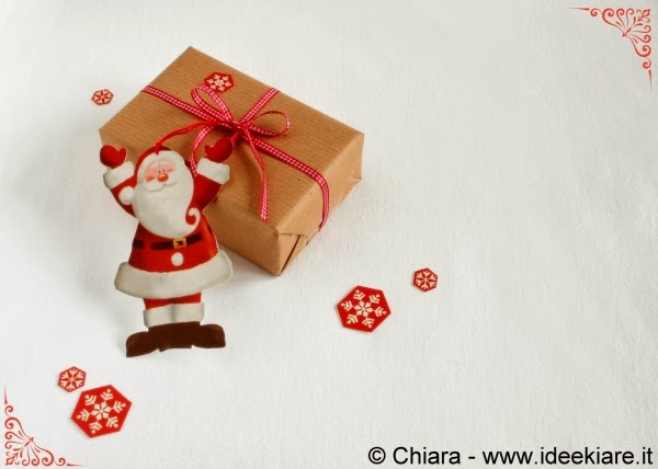 biglietto natalizio a forma di babbo natale fatto con una shopper di carta