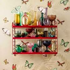 estantería STRING de color rojo combinada con papel pintado