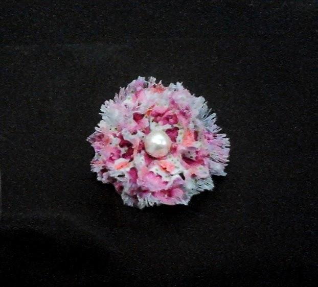 bros kain dengan motif bunga yang melambangkan keindahan bunga sakura
