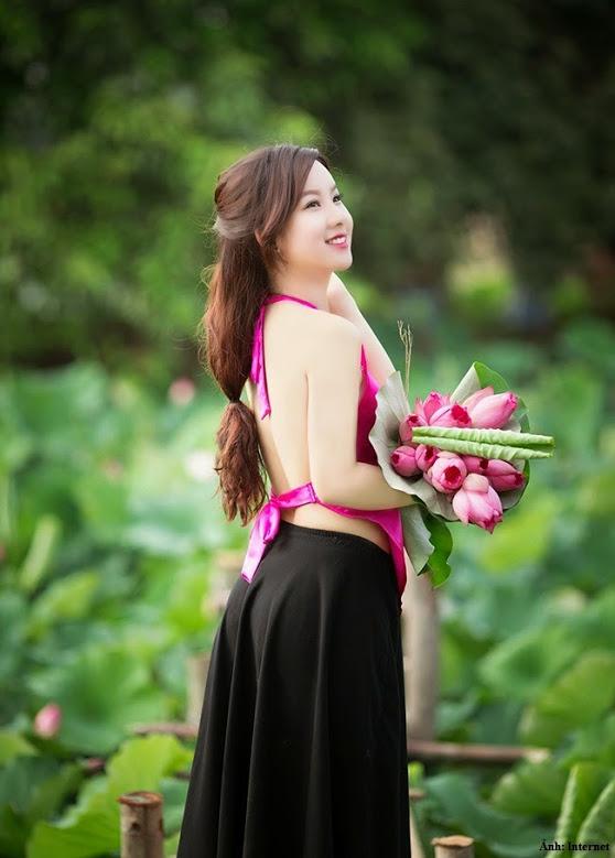 Girl xinh với áo yếm xưa bên hồ sen Phấn 1 17