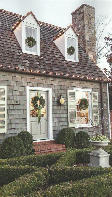 Nine sixteen christmas inspiration a cozy cottage for Christmas lights for house exterior