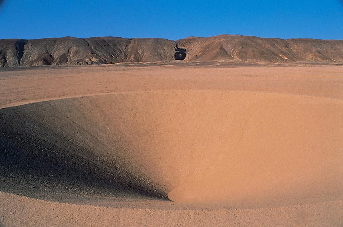 صورة حفرة من نفس الصحراء