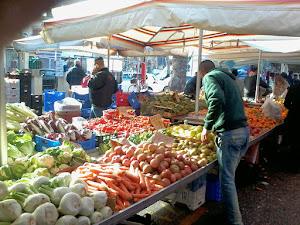 Al mercato, Fiumicino (foto ap)
