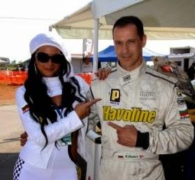 Фолк дивата Емануела заяви категорично, че не чака второ дете, още по-малко пък от автомобилния състезател Румен Дунев.