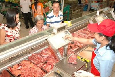 Các doanh nghiệp Việt phải đấu từng ly sữa, miếng thịt khi gia nhập sân chơi TPP. Ảnh: N.Hữu.