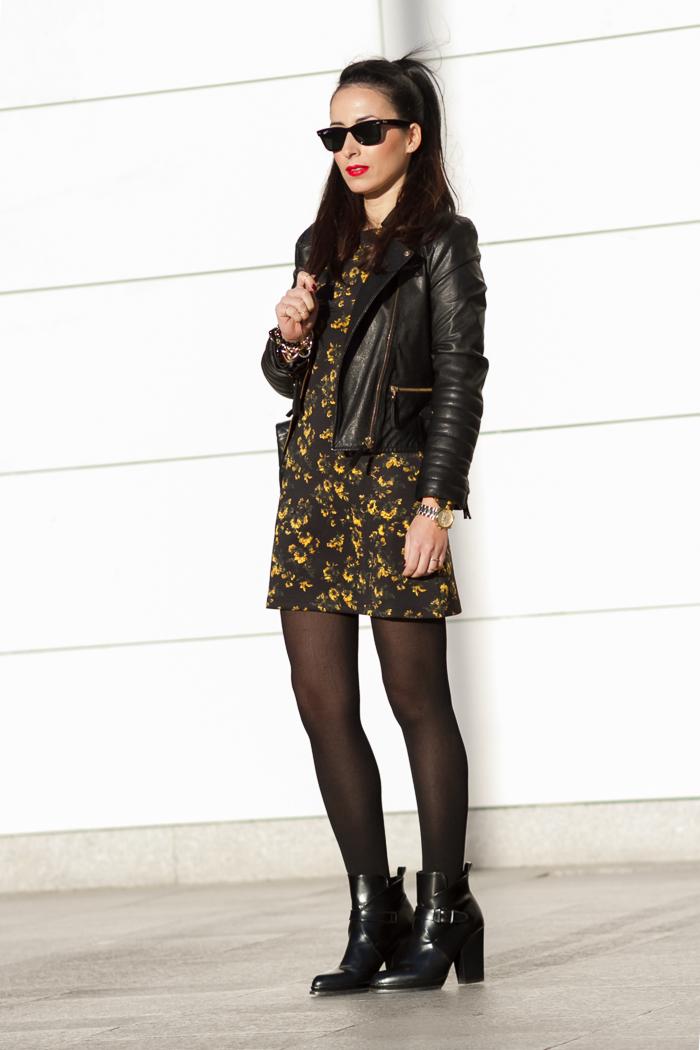 Mini Vestido de neopreno amarillo y negro con chaqueta biker de cuero negra acolchada y Botines de hebillas de Zara Blog Moda Valencia withorwithoutshoes