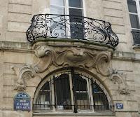 Balcon sur voussure du 27 rue Saint-André-des-Arts à Paris