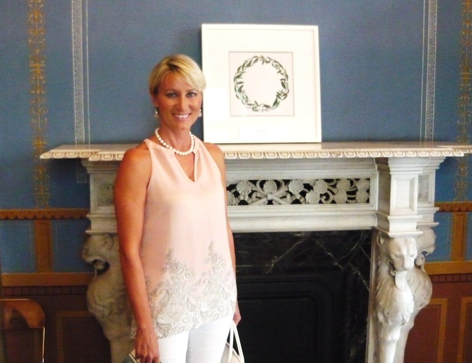 Η Νατάσα Καραμανλή δίπλα σε έργο μου στο Νομισματικό Μουσείο στην έκθεση για την Ολυμπιακή Φλόγα