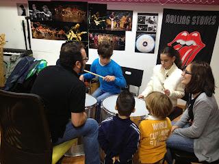 la imagen muestra a dos afiliados tocando el tambor
