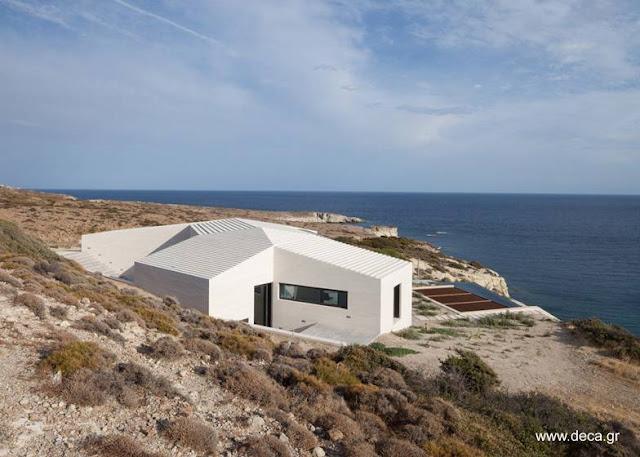 Casa de concreto geométrica en una isla griega