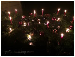 Weihnachtlicher Tannenzweig mit Kerzen