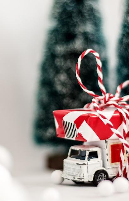 altes Pepsiauto mit Weihnachtsgeschenk