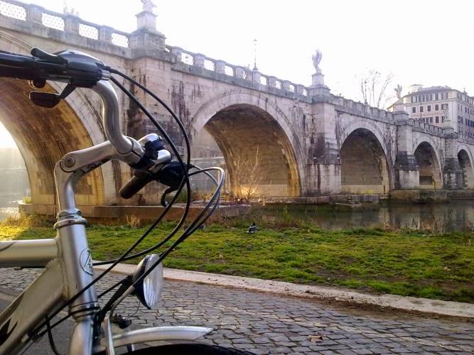 NOVITA' Tour in bici: Passeggiando lungo gli argini del Tevere dalla Piramide Cestia all'EUR, passando x Monte Testaccio - visita guidata Roma