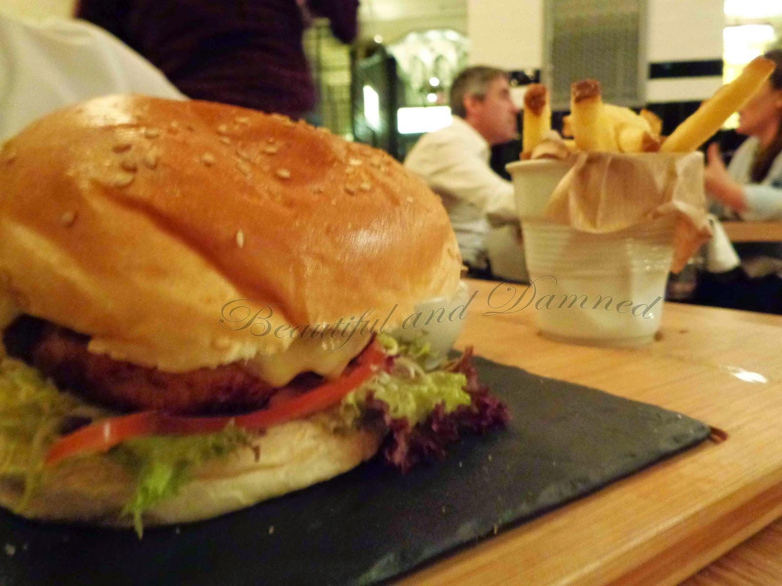 Hamburguesa de pollo con patatas