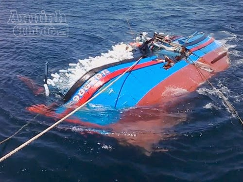 Quảng Ngãi: Nỗ lực cứu tàu cá bị tàu hàng đâm chìm trên biển